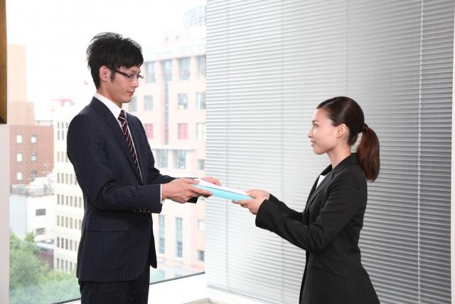 会社説明会や面接に履歴書を持参するときのマナーや渡し方